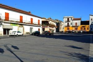 """""""Ombre di alberi e lampioni"""" – Piazza Croce – Mignano Monte Lungo (CE)"""