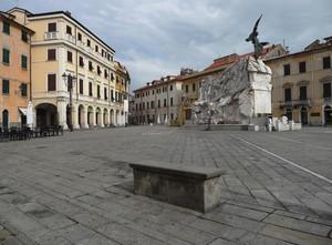 La piazza e il suo angelo