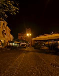 La torre guttuaria nella notte