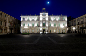 L'università illuminata dalla luna