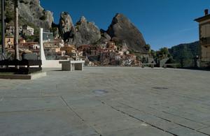 Piazza Emilio Caizzo, nel cuore di Castelmezzano
