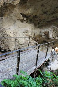 Guardando il ponte dall'interno della Grotta di Nettuno