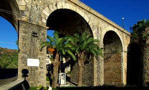 L'altarino con palme sotto al ponte