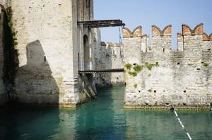 ponte levatoio per castellani egocentrici … chiunque voglia potrà specchiarsi!