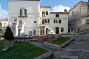 Fontana, aiuole e scale per piazza