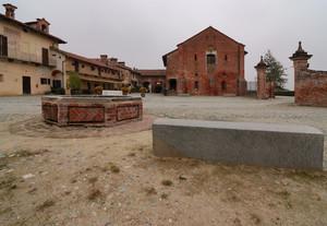 La piazza dell'abbazia di Staffarda