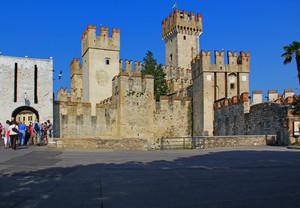 Davanti al castello