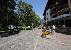 Piazza Peter Sigmayr – lato chiesa