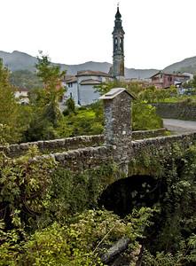 L'antico ponte e il paese di Ferrada