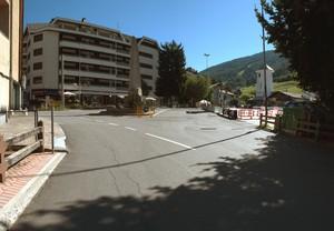 Una piazza sotto le piste da sci