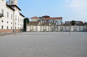 Piazza del Teatro davanti a Palazzo Borromeo