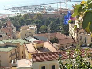 Vista panoramica della storica piazza Matteo Luciani Salerno