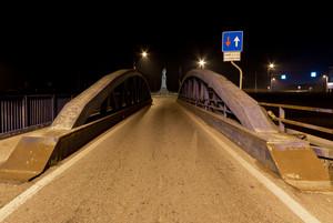 Ponte blu di notte