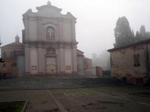 La parrocchiale, la piazza e la nebbia…