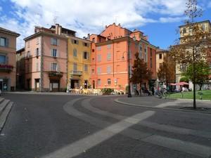 I caldi colori delle case della piazza