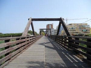 Ponte pedonale sulla spiaggia