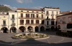 Piazza con Fontana