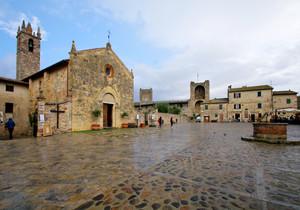la piazza della citta fortificata