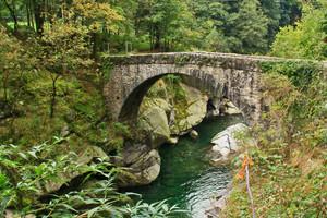 Uno dei tanti ponti di pietra
