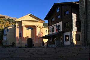 Chiesa e Municipio in piazza