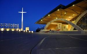 Ora blu sul sagrato antistante alla Chiesa di San Pio da Pietrelcina
