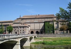 Il palazzo della Pilotta lungo il Torrente Parma