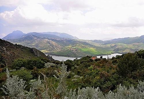 Ventimiglia di Sicilia - Uno specchio d'acqua tra le colline
