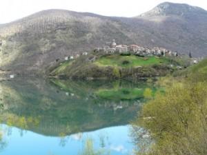 Il paese e il suo lago