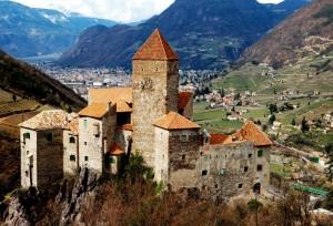 Castel Cornedo con i suoi tetti nuovi fiammanti