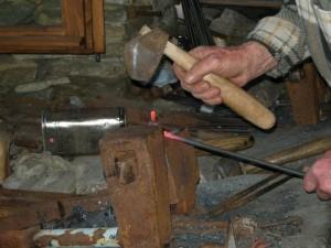 Mezzenile, il martello del chiodaiolo al lavoro
