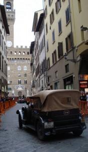 Vecchia macchina in vista di Palazzo Vecchio !