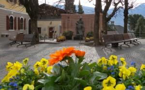 Un mazzo di fiori dedicato ai Caduti