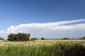 Casolare e nuvole