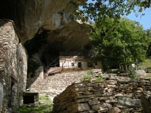 case riparate da un roccione, borgata Balma Boves, Sanfront, Valle Po