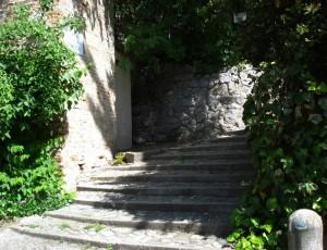 Scalinata -sentiero per la Rocca .