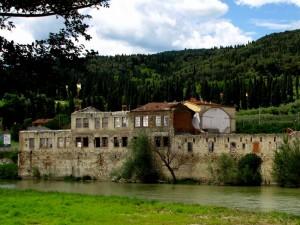 I resti di una fabbrica sul fiume
