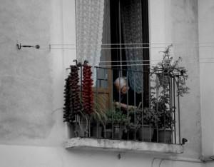 nonnina che fa l'uncinetto