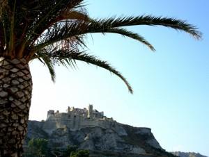 Tra palme e profumo di mare, alza gli occhi …. e in vedi i resti del castello