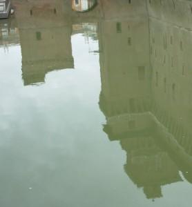 Il Castello Estense si specchia