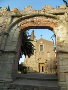 Chiesa della SS. Trinità , incoriniciata entro l'arco Durazzesco. (sec. XV)