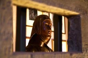 …..volto di donna in cornice…