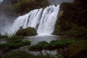 si nebulizza l'acqua nella cascata delle Marmore -
