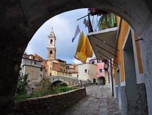 Scorcio col Ponte medioevale e la Parrocchiale di San Tommaso