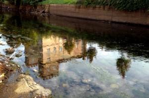 Villa Achinto si specchia sul Naviglio