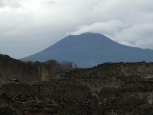 Il Vesuvio incombe sulle rovine di Pompei