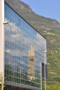 nelle vetrate: la chiesa, i monti e le nuvole