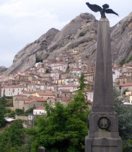 Panorama di Pietrapertosa (PZ) col monumento ai  caduti