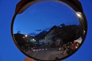 Valdaora vanitosa si specchia nel grandangolo stradale