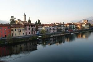 Il fiume Adda scorre silenzioso lungo le sponde di Brivio