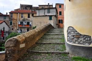 Il Ponte medioevale è fatto a scale…chi le scende e chi le sale